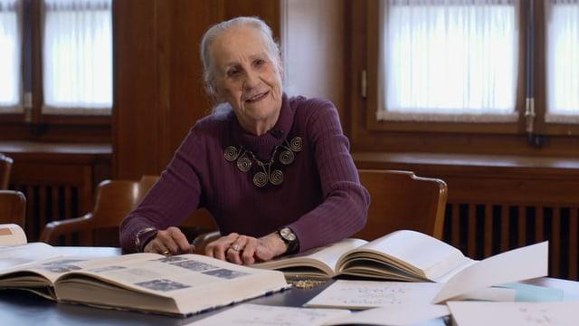 Eine ältere Dame blättert in einem Buch
