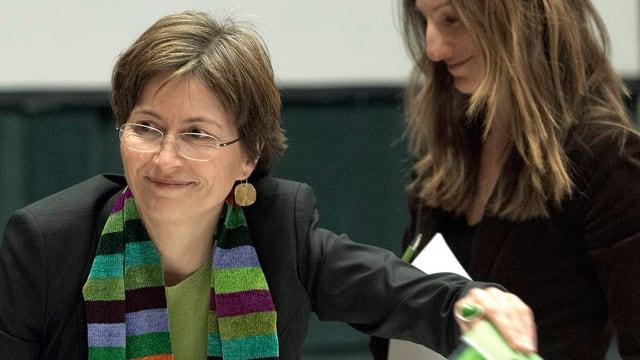 Reguala Rytz lächelnd, mit Brille und bunt gestreiftem Halstuch.