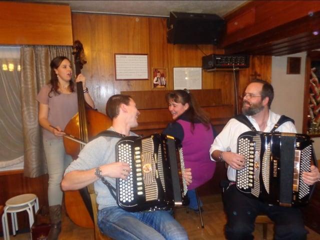 Volksmusikkapelle spielt bei Stubete.