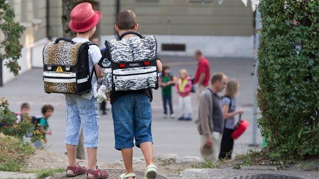 Zwei Schulkinder an ihrem ersten Schultag.