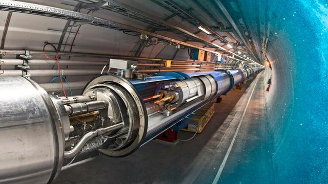 Blick auf den Beschleuniger LHC im Tunnel, mit geöffnetem Röhrenstück.