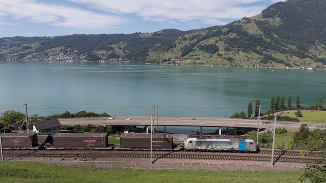 Tren da vitgira sper lai ed autostrada.