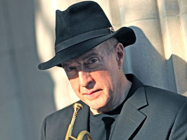Lew Soloff mit Hut und Trompete in der Hand.