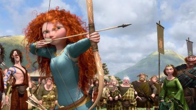 Ein Mädchen mit langen feurroten Haaren spannt einen Pfeilbogen auf.