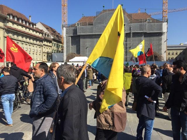 Der Bundesplatz in Bern ist anlässlich der Demo gegen den Türkischen Präsidenten locker gefüllt.