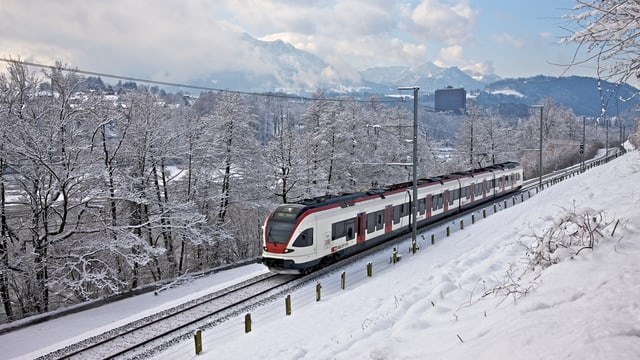 In tren da la SBB en ina cuntrada d'enviern.