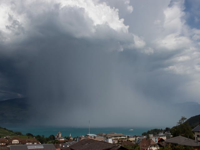 Starker Regenschauer über dem See