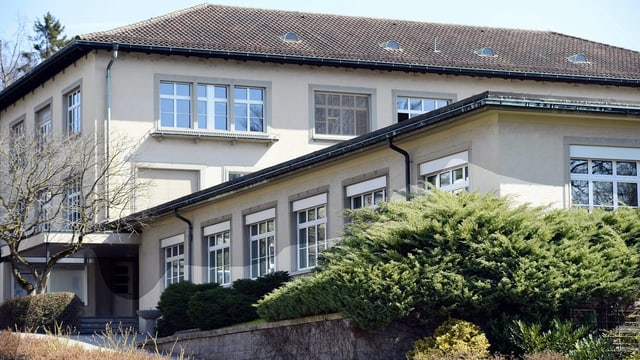 Ein öffentliches Gebäude mit grossen Fenstern