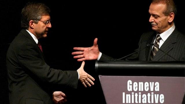 Zwei Männer schüttlen sich die Hand.