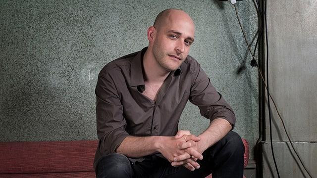 Andreas Schaerer sitzend.