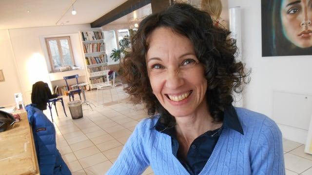 Nathalie Benelli lacht.