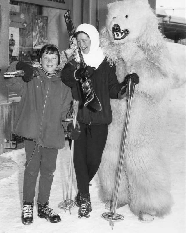 Das Bild zeigt einen jungen Knaben, seine Mutter sowie ein Eisbären maskotten in den 50er-Jahre.