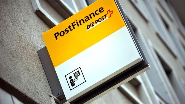 Logo der Postfinance an einer Häuserfassade.