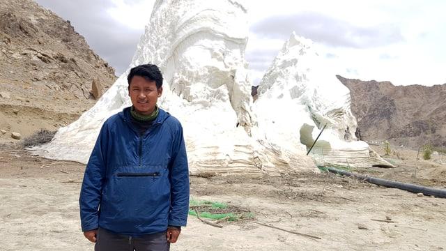 Mann steht vor dem künstlichen Gletscher