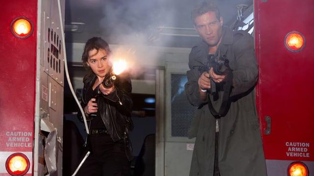 Frau und Mann mit Waffen