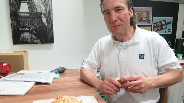 Der Chefbäcker beim Essen eines Königskuchens