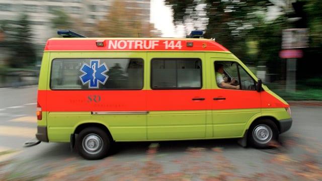 Ein Ambulanzfahrzeug rast über einen Fussgängerstreifen