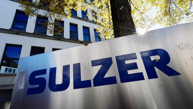 Sulzer-Logo vor einem Gebäude.