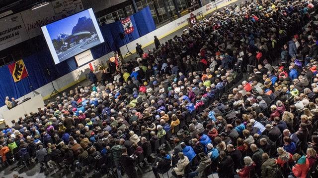 Die ausserordentliche Gemeindeversammlung füllte Ende Oktober 2014 die Eishalle von Grindelwald.