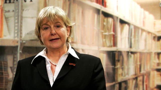 Marianne Birthler vor einem Akten-Regal im Stasi-Archiv.