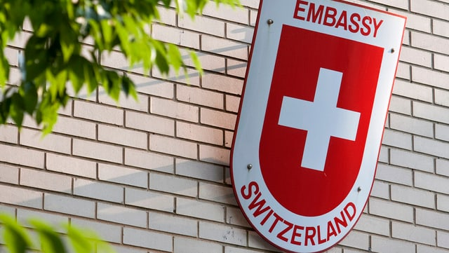 Schild einer Schwizer Botschaft mit Beschriftung «Embassy Switzerland»