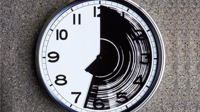 Eine Uhr, die eine Seite des Zifferblattes ist verschmiert