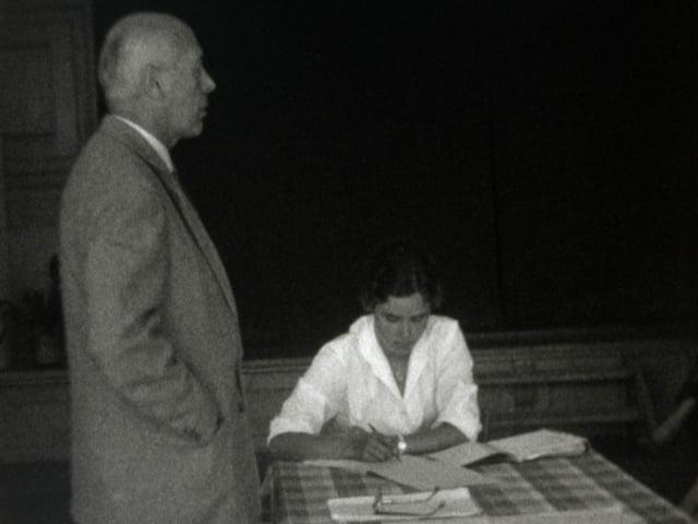 In scolast ed ina scolara durant ina lecziun il 1960.