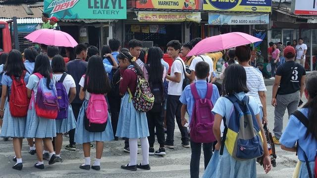Schulkinder versammeln sich auf der Strasse