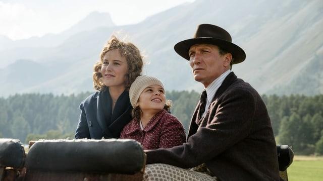 Anna fährt mit ihren Eltern Kutsche.
