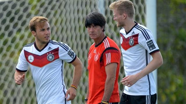 Mario Götze und André Schürrle im Training unter Beobachtung von Trainer Joachim Löw.