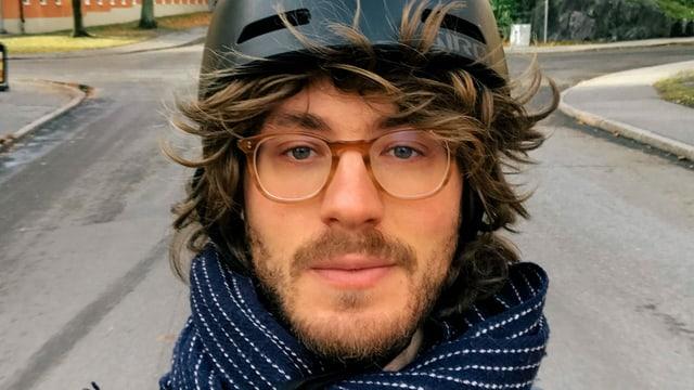 Porträtbild von Regisseur Nathan Grossman mit Velohelm.