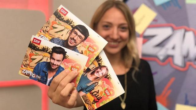 Anna Zöllig mit Autogrammkarten