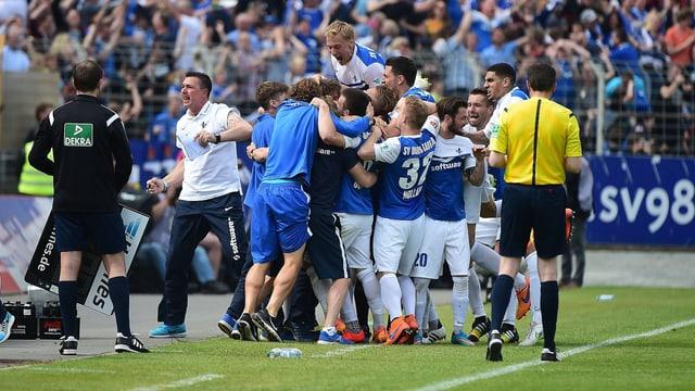 Die Spieler des SV Darmstadt bilden eine Jubeltraube.