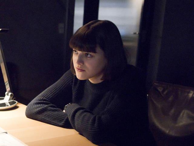 Johanna Polley sitzt an einem Tisch.