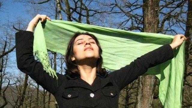 Iranische Frau hält ihren Schleier in die Luft