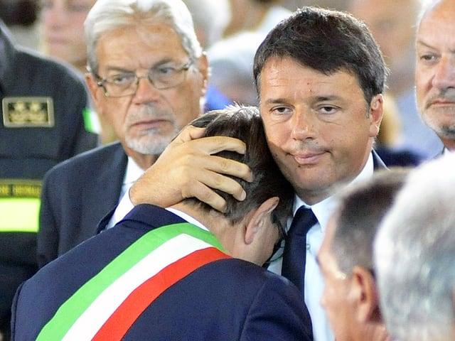 Renzi tröstet einen Mann