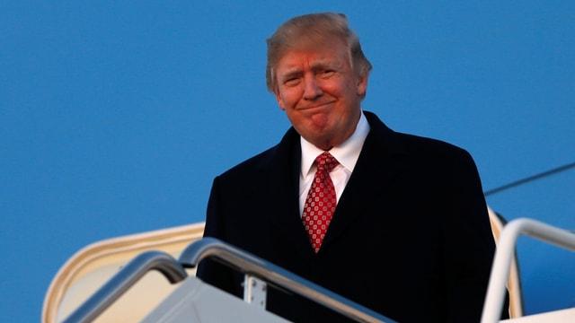 Donald Trump steigt aus einem Flugzeug aus.