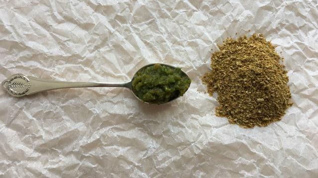 seöbstgemachte Bouillonpaste auf einem Löffel und ein kleines Häufchen selbstgemachtes Bouillon-Pulver