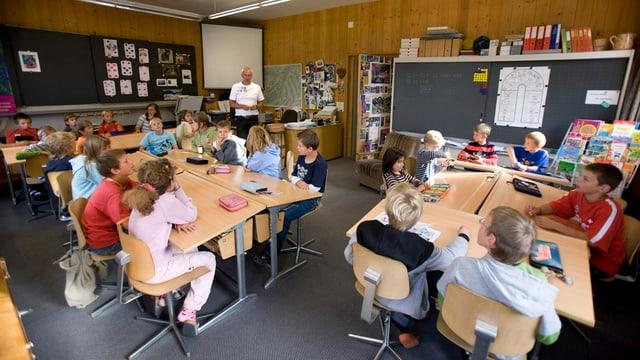 Ein Schulzimmer mit Schulkindern an ihren Pulten.