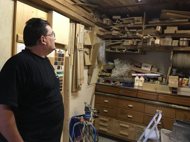Blick in die Werkstatt voller Kisten, Werkzeuge und Ersatzteile.