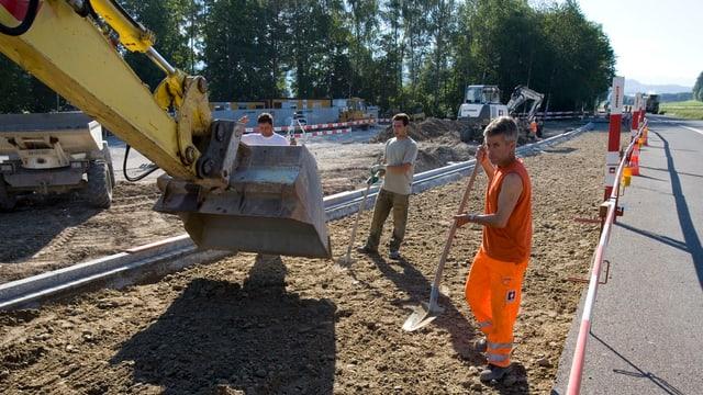 Bauarbeiter bei einer Belagssanierung an einer Kantonstrasse