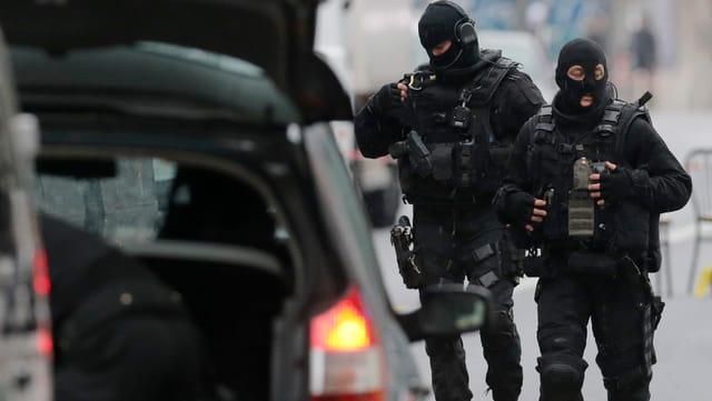 Polizisten in Kampfmontur.