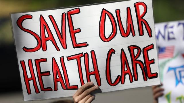 «Rettet unserer Gesundheitssystem», steht auf dem Schild.
