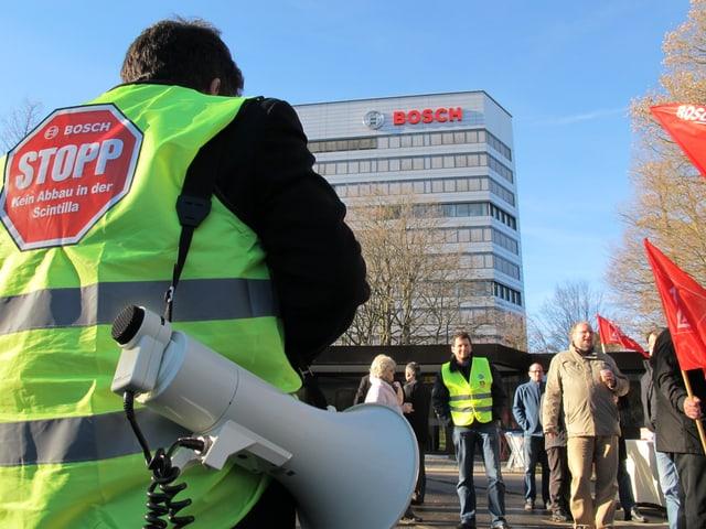 Vor dem Bosch-Hauptsitz in Gerlingen bei Stuttgart protestierten rund 260 Scintilla-Angestellte.