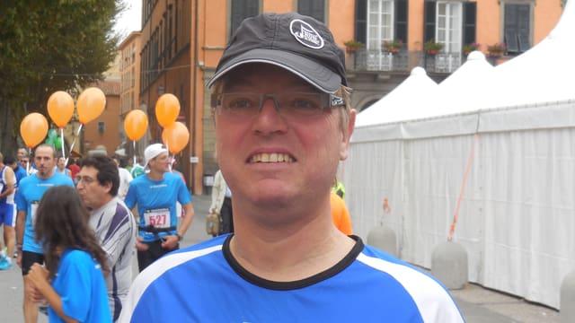 Pacemaker Reto Immoos mit blauem Läufershirt und schwarzer Dächlikappe.