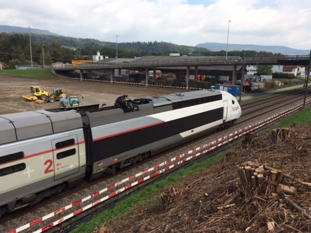 Ein TGV steht auf dem Gleis bei einer Baustelle