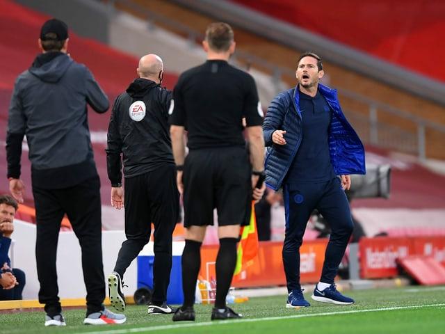 Frank Lampard sagt etwas zu Jürgen Klopp.