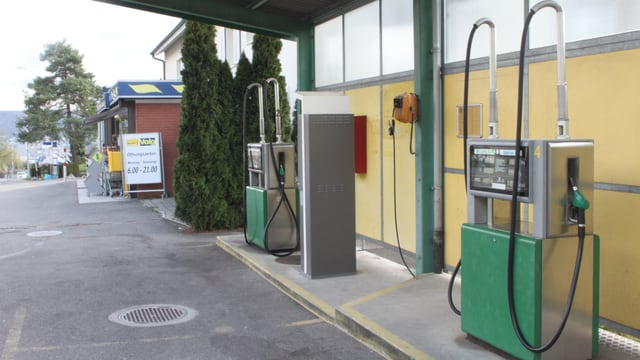 Zwei Zapfsäulen einer Tankstelle.