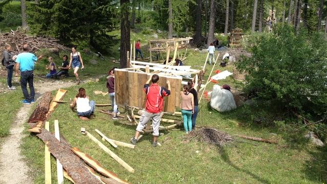 Students da Turitg vid las lavurs per lur art per lung da la Via Spluga.