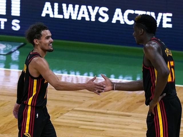 Die Atlanta-Spieler Trae Young (l.) und Clint Capela.